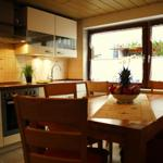 Erdgeschoss: Einbauküche mit Esstisch für 6 Personen