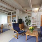 Wohnbereich mit offener Küche- eine Wendeltreppe führt von der Wohnebene zum Schlafbereich mit dem Bad.