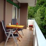 den großen Balkon mit modernen Gartenmöbeln für 4 Personen und Liege  können Sie vom Wohnzimmer und Schlafzimmer aus erreichen