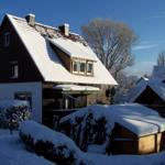 Haus am Hang im Winter