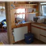 Die Küche mit dahinter liegendem Wohnbereich