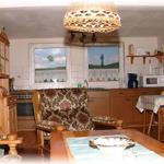 Blick vom Wohnraum zur offenen Küche