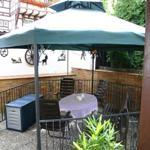 Überdachter Sitzplatz im Hof mit Grill