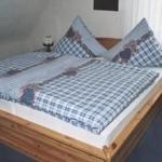 Doppelbett -Schlafraum, 5-türiger Kleiderschrank mit Spiegeltüren. Kinderreise- bett zustellbar.