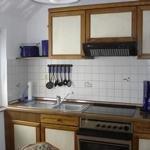 Einbauküche mit Ceranfeld, Kühlschrank, Geschirrspüler, Mikrowelle, Kaffemaschine, Toaster, Wasserkocher, Brot- schneidemaschine