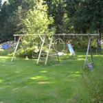 Schaukel und Spielwiese