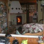 Blick durch beide Wohnzimmer auf Kamin und Küche
