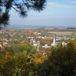 Aus dem bunten Herbstwald öffnen sich wunderschöne Aussichten ins Harzvorland