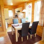 Blick in die angrenzende mit allem ausgestattete Küche