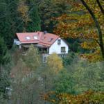 Blick auf Haus am Berg im Herbst