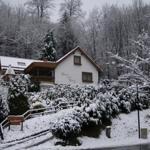Haus am Berg Lonau im Winter von vorne mit Auffahrt zum Carport