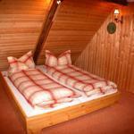 Kleines Schlafzimmer mit niedrigem Doppelbett
