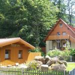 Ferienhaus (links) und Haus mit Ferienwohnungen für bis zu 6 Pers. (rechts)
