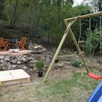 Garten mit gemütlicher Sitzecke und kleinem Spielplatz mit Sandkasten