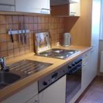 Komplett ausgestattete Einbauküche mit Geschirrspüler, Mikrowelle und vielen Elektro-Kleingeräten