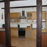 Dieses ist die Küche, welche komplett aus Holz ist. Wie Sie sehen, haben wir auch in dieser Wohnung sehr viel Wert auf Individualität und Naturprodukte gelegt. In der Küche finden Sie alles, was Sie in Ihrem Urlaub benötigen wie z.B. Mikrowelle, Kaffeemas