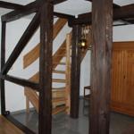 Dieses ist der Blick vom Esszimmer in den Eingangsbereich zum Flur mit der Garderobe und der Treppe, welche in die 2. Etage zum Wohnzimmer und zur