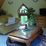 Wohnzimmer mit Panoramablick, sehr bequeme Ledergarnitur und TV.