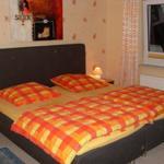 Das Schlafzimmer ist mit Svane-Doppelbett (200 x 210cm)und großem Kleiderschrank ausgestattet, und hat, wie auch das Wohnzimmer, Zugang zum Balkon und einen wunderbaren Blick auf den Kurpark.