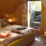 Schlafzimmer mit bequemen Doppelbett und Zugang zur Dachterrasse
