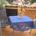 Dachterrasse mit Möbeln und Grill