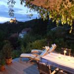 Terrasse abends mit Blick zum Schloss