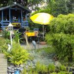 Am Gartenteich steht Ihnen ein hübscher Sitzplatz mit Liegen, Gartenmöbeln und Grill zur Verfügung.