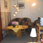 Die gemütliche Sitzecke lädt zum Entspannen ein. Radiorecorder und Farbfernseher mit Sat-Anlage sind vorhanden.