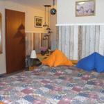 Der Schlafbereich ist mit einem Doppelbett, Kleiderschrank und Nachtkonsole eingerichtet.
