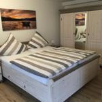 Schlafzimmer unten für 3 Personen (1 Doppelbett und 1 Einzelbett)