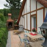 Terrasse im Grünen mit Grillkamin und Gartenmöbeln
