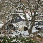 Wohnhaus und dahinter das Ferienhaus im Winter