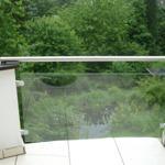 FEWO1:Frühstücksbalkon mit Blick auf den Gartenteich und den Burgberg und der Stadt