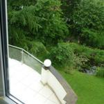 Wohnzimmer: Blick auf den Garten mit Gartenteich und unserem Balkon