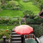 Blick auf untere Terrasse bis hoch zur Gartenbank unter dem alten Kirschbaum