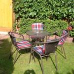 Garten mit Tisch und Stühlen