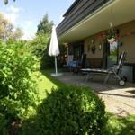 Die zur Wohnung gehörende überdachte Terrasse erstreckt sich über die ganze Breite des Hauses. Gartennmöbel sind vorhanden.