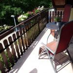 der Balkon ist vom Wohnzimmer begehbar, hier können Sie in ruhiger Waldlage entspannen