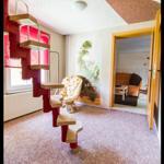 Wohnbereich mit Raumspartreppe und kleiner Leseecke