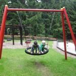 Der gepflegte und gut ausgestattete Spielplatz ist ein Anziehungspunkt für die Kleinen.