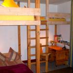 Schlafzimmer mit großem Hochbett