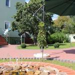 Innenhof mit Springbrunnen und Sitzgelegenheiten