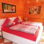Schlafzimmer mit 2 x 2 m breiten Doppelbett