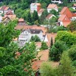 Blick vom Weltwald (Arboretum) auf die Ibergsiedlung der Bergstadt Bad Grund
