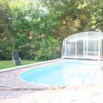 Pool mit göffneter Überdachung
