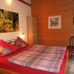 Schlafzimmer mit 1,80 breiten Doppelbett, Topper auf jeder Matratze und Fernseher