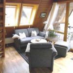 Das Wohn-/Esszimmer mit Sitzgruppe und direktem Zugang zur überdachten Terrasse und dem eigenen Garten.