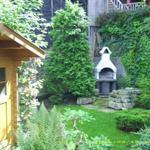 Gartenhäuschen mit Grillplatz und kleinem Teich