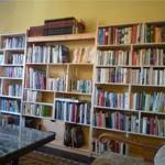 Im Wohnzimmer befindet sich eine gemütliche Sitzecke die zum lesen am Kaminofenfeuer einlädt.