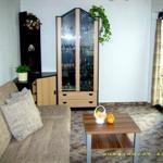 Wohnzimmer mit Terrassentür zum Freisitz im Hofbereich